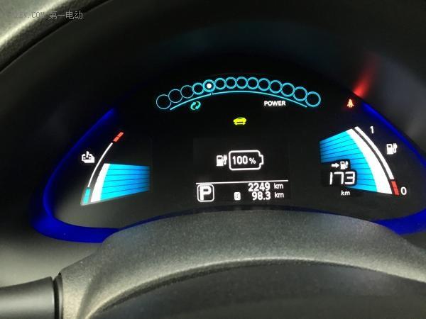 电量充至100%,续航里程显示173(公里)。
