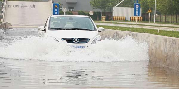 电动车主必备,暴雨过后的涉水照片很丰满,现实要骨感