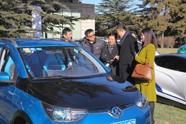 北京新能源汽车股份有限公司总经理郑刚观看纯电动车型展示