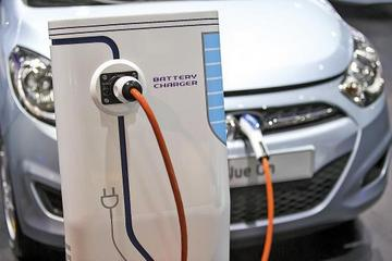 """""""两会""""汽车行业议题聚焦 新能源车热议"""
