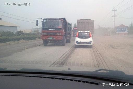 路上行驶的有不少大卡车和大货车