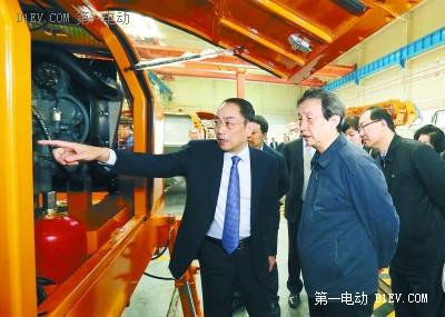 中共中央政治局委员、国务院副总理马凯在中联重科股份有限公司考察。