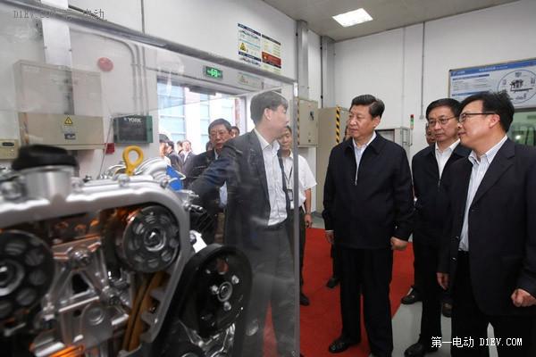 习近平在上海汽车集团技术中心动力总成试验室了解开发新能源动力汽车情况。