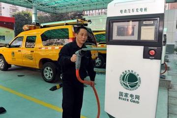 国内车企抢占福州新能源车市 充电桩偏少成发展掣肘