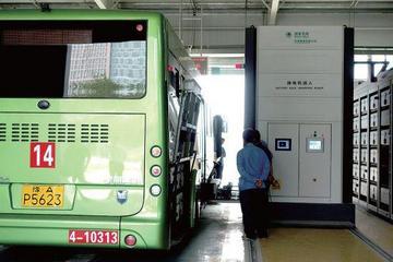 郑州首批换电式电动公交上路 机器人8分钟换电池