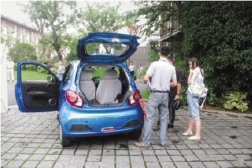 在小区里,众泰微型电动车停车很方便。