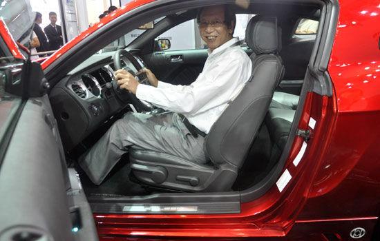 新合资公司股东方,长丰集团董事长李建新试驾轿跑。