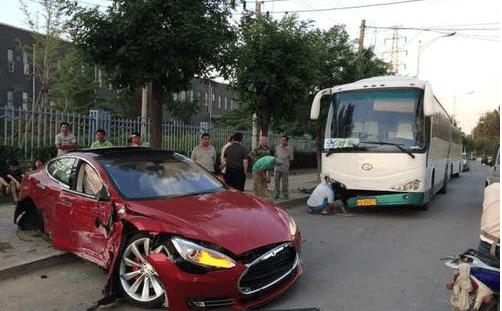 谨慎驾驶特斯拉,一起严重撞击事故引发新的问题