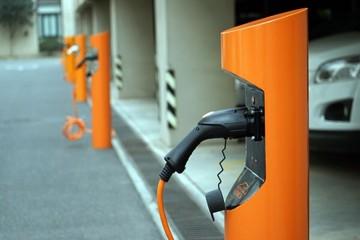 新能源汽车成两会关注焦点  完善充电设施建设势在必行