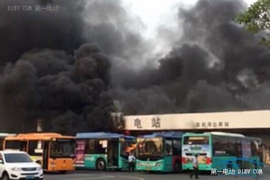 现场浓烟滚滚。在燃烧车辆旁边,还停着几辆同样也在充电的电动大巴。