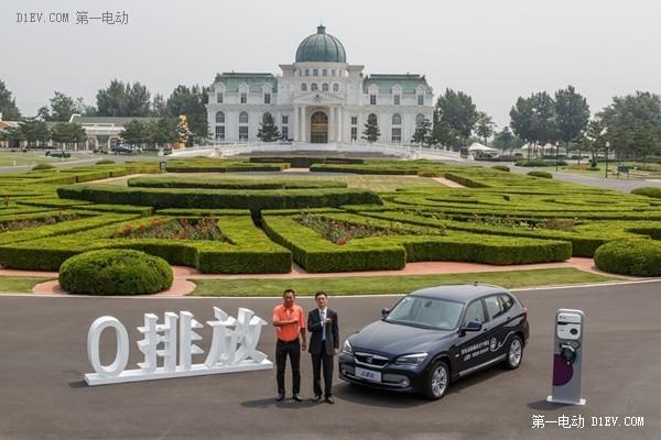 之诺项目实施副总裁朱彤先生与华彬庄园总经理安峰先生合影