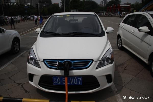 车主作者勘测充电桩 电亮中国北京初告捷