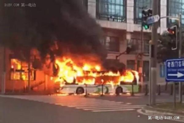 上海申沃超级电容公交车起火