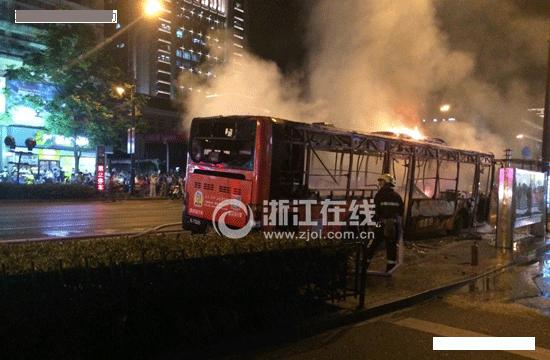 杭州闹市区混合动力公交车起火燃烧 9名乘客受伤