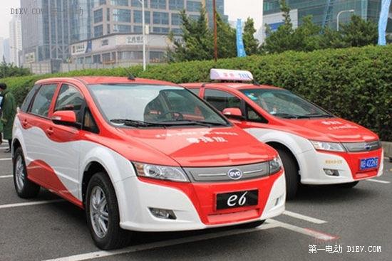 深圳街头行驶的比亚迪电动出租车