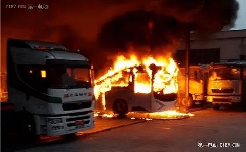 """首辆""""香港品牌""""电动巴士自燃 初调查是电线短路引起火警"""
