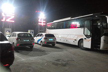 公共充电桩被巴士租车快车长期强占,私家电动车主已走投无路