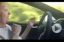 70岁萌奶奶使用特斯拉自动驾驶狂飙 吓死宝宝了