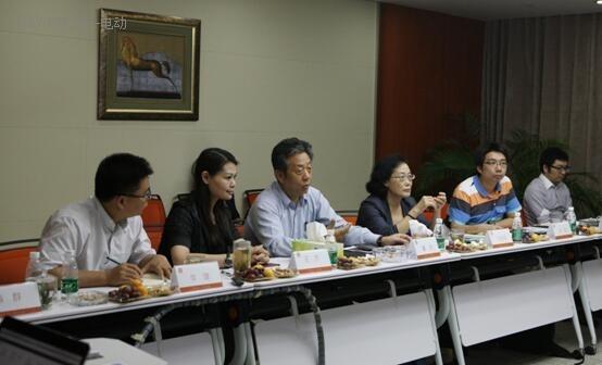 (左三)中国电动汽车充电基础设施促进联盟理事长董扬