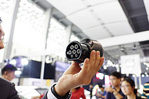 出行充电更无忧 广州车展特斯拉发布新国标充电适配器