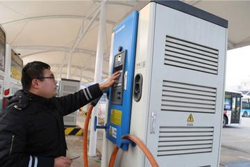 青岛两大电动车充电站投用 公交车3至4小时能充满