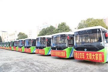 """湖北崇阳县投入68辆纯电动公交车,进入公交""""零排放""""时代"""