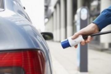新能源汽车担负众望 何不放开市场准入?