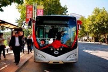 16台混合动力公交车亮相安徽六安市街头