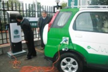 邢台推广电动汽车公务使用 市长带头乘坐