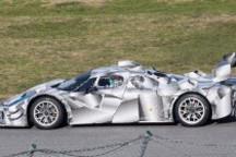 法拉利神秘赛车亮相赛道 车身贴混动标示