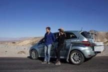 好莱坞情侣档驾驶奔驰B级燃料电池车横跨加州死亡谷