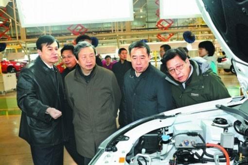 1月10日,中共中央政治局委员、国务院副总理马凯在江淮汽车电动车生产线上调研。