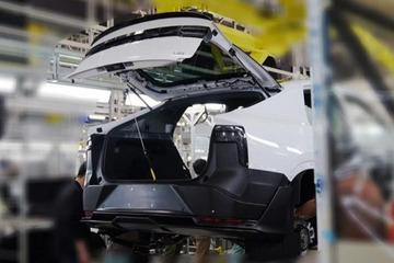 跨界轿跑SUV造型 爱驰U6生产谍照曝光