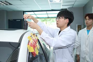 零排放=零污染?高中生走进高校重点实验室,探秘纯电动汽车车内空气污染