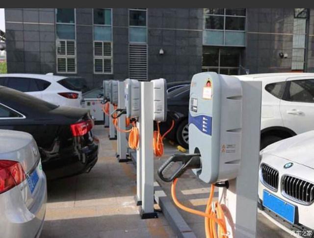 充电车位被燃油车占用怎么办?车主:打电话,找警察