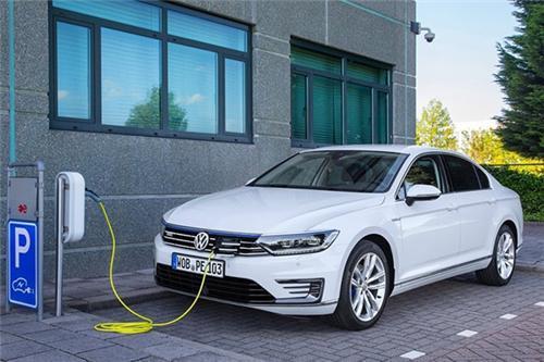 帕萨特插混和凯美瑞混动,谁是合资品牌新能源中级轿车首选?