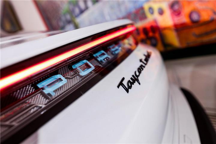 全新Taycan Turbo S车尾细节.jpg