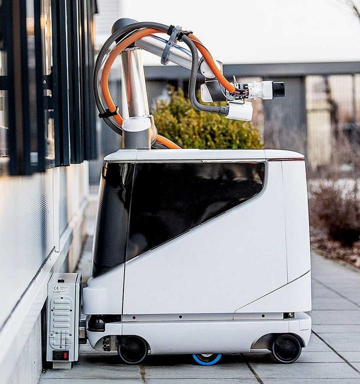 能自行找車的移動充電寶 愛馳推智能充電機器人