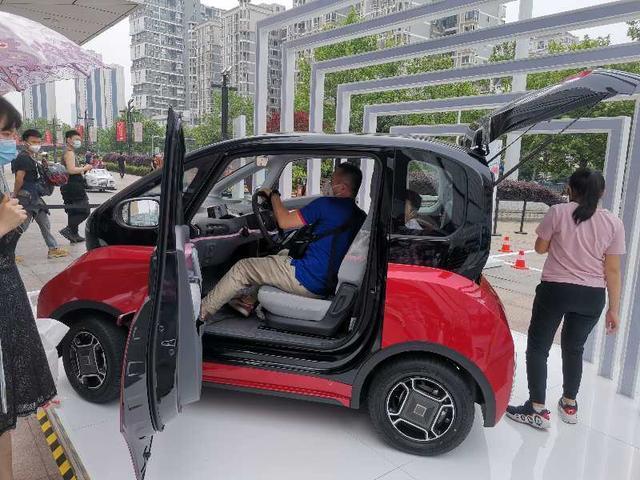 有温度的新能源车,配赛车方向盘,可自动泊车,关键安全性超一流