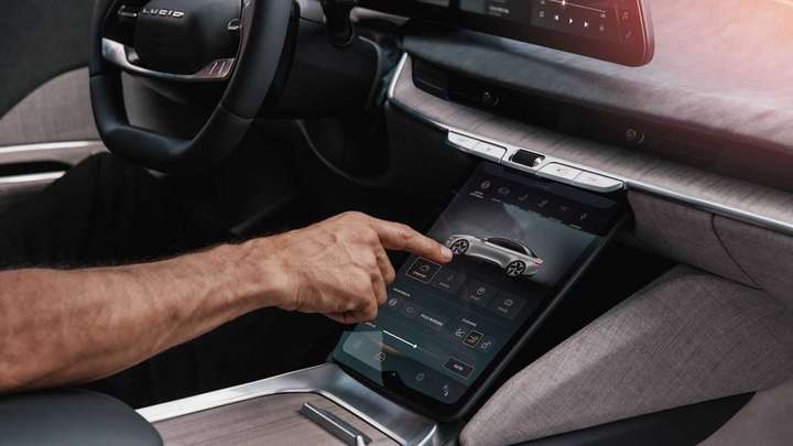 lucid-air-center-touchscreen.jpg