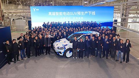 岚图汽车中大型高端智能电动SUV预生产下线(舞台区大合影照).jpg