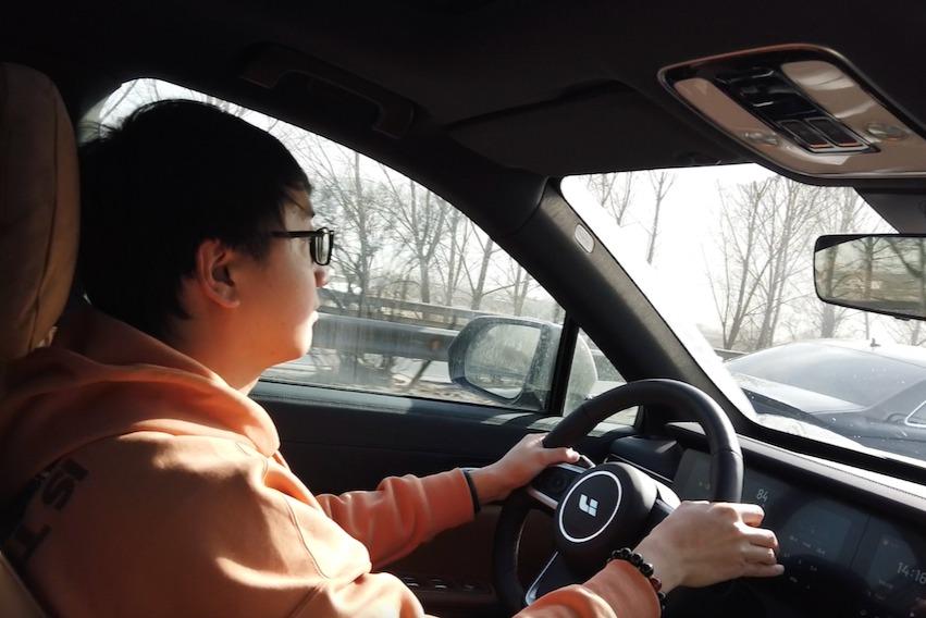 电动嘚吧嘚 | 当我坐在车上时 自己竟有两幅面孔?