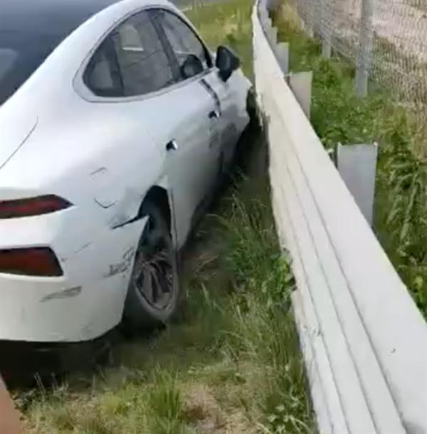 小鹏P7试驾撞车ABS关闭,小鹏官方回应:车没问题是操作不当