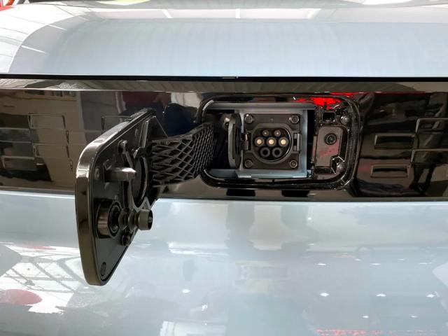 到店实拍   3.88万元送沪牌,哪些上海人想买宏光MINI EV?