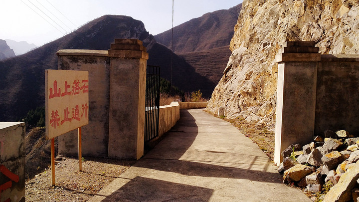坝顶铁门.jpg