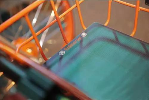 共享单车使用汉能太阳能薄膜太阳能芯片为智能锁和gps提供移动能源