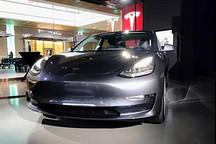 特斯拉Model 3首台展车亮相,想看?请拿号排队一个半小时