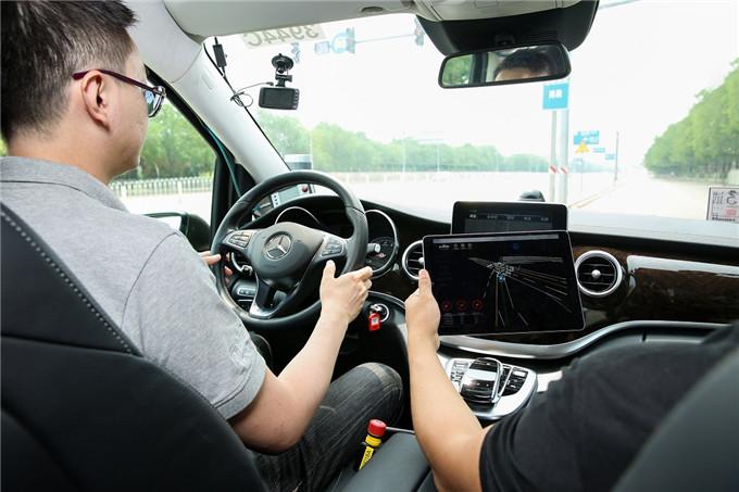 3. 在百余年的创新历程中,戴姆勒不断树立汽车安全技术的新标杆.jpg