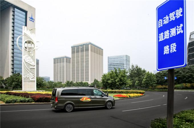 8. 戴姆勒在获得北京市自动驾驶车辆道路测试牌照后,将使用梅赛德斯-奔驰测试车辆在首都北京独特和繁忙的路况中展开道路实测.jpg