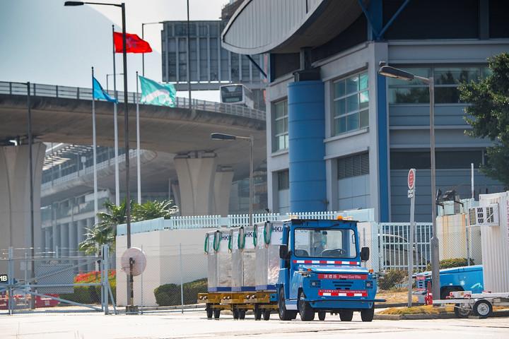 驭势科技无人物流车在香港国际机场内运送行李